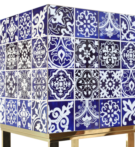 Almirante Contemporary Cabinet in blue and white hand-painted wood and gold-plated brass base